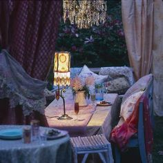 How romantic is this gypsy-inspired backyard!