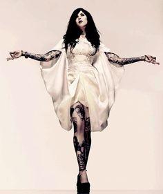"""Kat Von D. Vestida """"capullo"""" con craneo bordado de Alexander McQueen."""