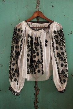 Romanian blouse design - perfect for a boho chic look. Bohemian Mode, Hippie Chic, Bohemian Style, Boho Chic, Boho Gypsy, Beauty And Fashion, Look Fashion, Womens Fashion, Hippie Fashion