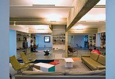 No projeto de reforma desta casa, o arquiteto Paulo Mendes da Rocha optou por vigas de concreto na sala de estar. O espaço, decorado pelos designers Gerson de Oliveira e Luciana Martins, possui estantes metálicas na maioria das paredes