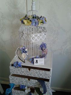 """Fomentar la cartera de posibles clientas a través del sorteo de una corona. Las jaulas decorativas nos sirvieron de """"urnas"""".   www.facebook.com/CintadeFloresMariaMartin"""