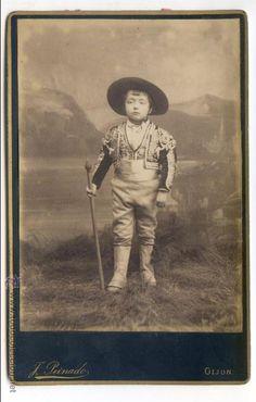 Retrato de niño con disfraz de picador. Fotografía de J. Peinado, Gijón, Asturias 10,5 x 16,5 cm - Foto 1