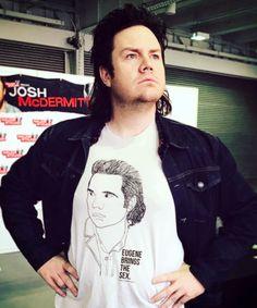 """""""walkrstalkrcon: Eugene brings the…smiles…at @joshmcdermitt's booth at #WSCLondon #datshirt""""   Josh McDermitt (Eugene Porter)   The Walking Dead"""