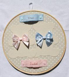 Quadro Porta Maternidade modelo Bastidor para Gêmeos <br> <br>Confeccionado em tecido e feltro e personalizado com os nomes dos bebês. <br> <br>O quadro mede 30 cm de diâmetro e pode ser feito nas cores e estampas que desejar!