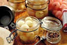 Na Cozinha da Margô: Cebolinhas em Conserva - 1 k. de cebolas pequenas 2  e 1/2 xícaras de água 1 pimenta dedo de moça picada em lascas 1 xícara de vinagre branco 10 grãos do pimenta do reino