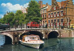 Amsterdam, O.Z. Voorburgwal met Huis aan de drie grachten