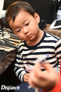 Cutie Minguk (with his curious face) Cute Kids, Cute Babies, Song Il Gook, Superman Kids, Korean Tv Shows, Song Daehan, Man Se, Song Triplets, Reborn Toddler