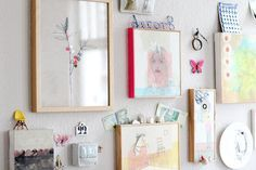 des petits bidules posés sur et entre les cadres, un peu enfantin mais tellement amusant: j'ai quoi, moi, comme minis machins en stock… (notez la tranche fluo au masking tape, so easy!)  (via Easy DIY: Taped Frames | decor8)