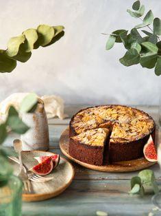 Vous serez surpris par le moelleux de ce gâteau sans gluten. Gourmand à souhait, il est garni se poires et saupoudré d'amandes effilées. Découvrez la recette sur ma page Instagram. #foodphotography #foodstyling Page Instagram, Sans Gluten, Camembert Cheese, Dairy, Food, Sliced Almonds, Wish, Greedy People, Recipe