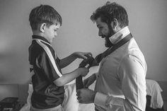 Irmão do noivo fazendo a gravata do noivo. Making of do noivo Adriano pelos olhos do fotografo de casamento Rafael Ohana em Brasília