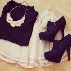 camisa preta, saia branca, botins preto e colar em rosas brancas  https://www.facebook.com/keepcalm.and.enjoy.thebestphotos