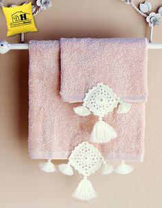 Coppia di asciugamani della GEOMETRIE COLLECTION in colore rosa con crochet in colore naturale