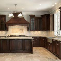 Dark trim above dark kitchen cabinets Dark Brown Cabinets, Dark Kitchen Cabinets, Cherry Wood Cabinets, Brown Kitchens, Home Kitchens, Cocinas Color Chocolate, Kitchen Cabinet Makers, Küchen Design, Design Ideas