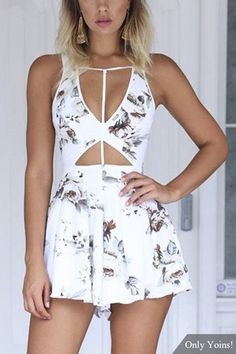 Bring attention to this mini playsuit. It is adorned with cut out details, sleeveless and floral print. Pair with sandals will be great. Casual Bar Outfits, Summer Outfits, Cute Outfits, Cute Rompers, Playsuits, Jumpsuits, Dress To Impress, Floral Prints, Photos