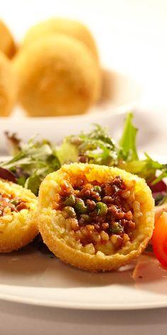 """Schon mal was von """"Arancini di riso"""" gehört? Es sind frittierte Reisbällchen, die du danach nicht mehr vergessen wirst. Hier geht´s zum Rezept."""