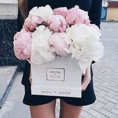 Anyone order a box full of blooms?We love us some pretty pink peonies || #regram #frontdoorfashion #blooms #flowerbox #sundayfun www.frontdoorfashion.com
