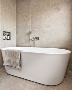 Bathroom Spa, Downstairs Bathroom, Bathroom Interior, Master Bathroom, Bad Inspiration, Bathroom Inspiration, Pergola Garden, Dream Bathrooms, Bathtub