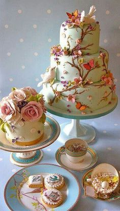 Cakes. Love that bird and tree cake!! It seems to have been inspired by the Pip Studio porcelain it's sitting on!