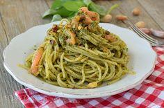 Spaghetti con pesto di pistacchi e salmone , un primo piatto con un mix di sapori unici,il pesto di pistacchi e salmone sposano benissimo!