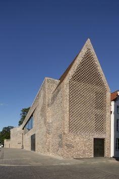 Andreas Heller's brick facade makes a confident statement at the Hansemuseum - News - Frameweb Brick Architecture, Futuristic Architecture, Contemporary Architecture, Architecture Details, Interior Architecture, Chinese Architecture, S Brick, Brick Facade, Brick Design