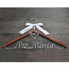 Alibaba グループ   AliExpress.comの   からの これはリストのパーソナライズハンガー。itの偉大な結婚式の写真。贈り物にウェディングパーティーとちょうど持っているとして結婚式記念品。  買い手通知:1。私たちは割引を与えるため大きなquantitiy  中の ハンガー付きハートと日付のためのあなたの結婚式、結婚式ハンガー、パーソナライズブライダルハンガー、弓ウェディングドレスハンガー、シャワー贈り物