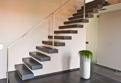 Zwevende trap met stalen zijleuning