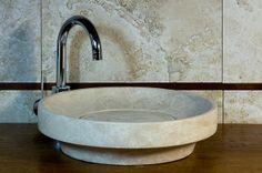Ufo Light: lavandino in travertino rotondo da bagno  #pietredirapolano #travertino #lavabi #lavandini #pietranaturale
