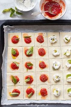 Pizzette quadrate di pasta sfoglia (Aperitivo veloce) di Tavolartegusto The square pizzas of puff pastry are pizzas of puff pastry to be made in 3 minutes directly in the pan without molds! perfect for aperitifs! Pizza Recipes, Appetizer Recipes, Appetizers, Antipasto, Housewarming Food, Puff Pastry Pizza, My Favorite Food, Favorite Recipes, Quiches
