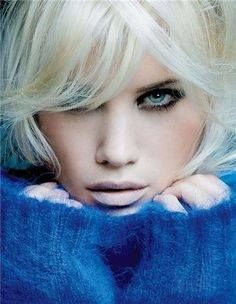 platinum blond, she has dark eye brows maybe I could pull it off.my hair would hate me of course. Beautiful Eyes, Beautiful Women, Foto Fun, Platinum Blonde, Pretty Face, Shades Of Blue, My Hair, Makeup Looks, Hair Makeup
