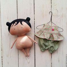 Купить или заказать Малышка Sweetheart Doll в интернет-магазине на Ярмарке Мастеров. Милая, игровая куколка Sweetheart Doll, выполнена из американского хлопка и набита холлофайбером. Эта самая маленькая куколка из моей коллекции Sweetheart Doll www.livemaster.ru/gim-bim?cid=342665&clb=1&sort=&sorder= Цена указана за куколку по фото( платье+ штанишки) если хотите добавить одежды, пишите в л/с обсудим.…