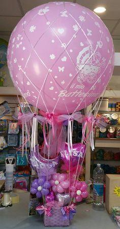 mongolfiera con cestino ripieno di fiori di palloncini e palloncini personalizzati