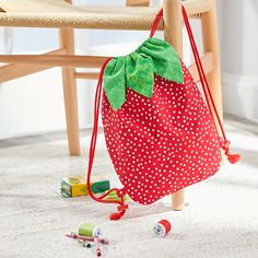 This fun and fruity strawberry drawstring pack is perfect day bag for a little one. It's just right to hold a snack, favorite books and small toys. Diy Sewing Projects, Sewing Projects For Beginners, Sewing Hacks, Sewing Tutorials, Sewing Crafts, Sewing For Kids, Baby Sewing, Bag Patterns To Sew, Sewing Patterns