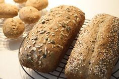 Koolhydraatarm brood doet je snel afvallen en maak je makkelijk zelf Carb Free Bread, Low Carb Recipes, Healthy Recipes, Low Carb Lunch, Bread Cake, Banana Bread, Good Food, Food And Drink, Baking