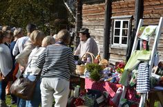 Vieraat kerääntyvät kuuntelemaan markkinamyyjien hauskoja juttuja. Luuppi, Oulu (Finland)