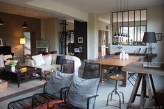 un salon comme un atelier avec fenêtre d'atelier sur cuisine