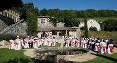 Cérémonie laïque près du bassin d'agrément et de la piscine -  Domaine de Vavril Photo : ©Presquemaries