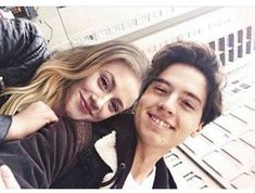 Lili Reinhart and Cole sprouse! Memes Riverdale, Kj Apa Riverdale, Betty Cooper, Archie Comics, The Cw, Riverdale Betty And Jughead, Zack Y Cody, Lili Reinhart And Cole Sprouse, Cole Sprouse Jughead