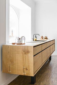100 Supreme Oak Kitchen Cabinets Ideas Decoration For Farmhouse Style 40 kitchen Timber Kitchen, Black Kitchen Cabinets, Black Kitchens, New Kitchen, Home Kitchens, Danish Kitchen, Oak Cabinets, Wooden Kitchen, Kitchen Sink