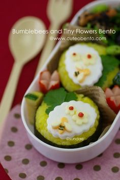 Honeybee and tiny flowers bento Bento Box Lunch For Kids, Cute Bento Boxes, Lunch Snacks, Lunches, Lunch Box, Cute Food, Good Food, Yummy Food, Bento Recipes