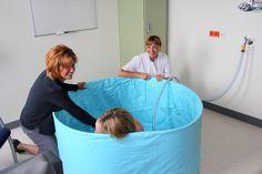 11 augustus 2016: Het bevalbad is er! Gebruikmaken van het bevalbad is voor vrouwen die vanaf nu gaan bevallen - en samen met hun eigen verloskundige naar het Geboortecentrum komen - geheel gratis. Op de foto: een try-out van de medewerkers met een positief gevoel!