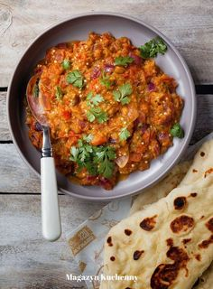 Indian style eggplant with tomatoes | Bakłażan z pomidorami, chili i kolendrą