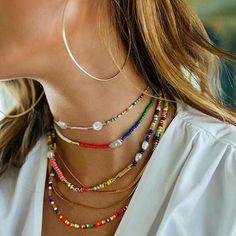 """En una de nuestras publicaciones de hace días hablamos sobre tendencias en accesorios.  Y una de estas tendencias era Joyas de cuentas, también la llaman """"joyas de niños""""  hechas de cuentas multicolores.  Sobre todo son ideales para tus looks de verano y vacaciones. Sugerencia: para una  imagen más formal, no lleves más de una de esas 'joyas' a la vez Cute Jewelry, Jewelry Accessories, Fashion Accessories, Jewelry Design, Fashion Jewelry, Beaded Choker, Beaded Jewelry, Handmade Jewelry, Beaded Bracelets"""