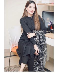 Pakistani Fashion Party Wear, Indian Fashion Dresses, Dress Indian Style, Indian Designer Outfits, Designer Dresses, Fashion Outfits, Fashion Trends, Simple Kurti Designs, Kurta Designs Women
