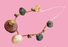 Kreiert eure eigene #Muschelkette: Der letzte Schrei in der #Steinzeit? Vielleicht ein Anhänger aus Hirschgeweih, ein Fischgräten-Armband. Oder eine #Halskette aus #Muscheln und #Schneckenhäusern. #geolino #basteln #verkleiden #kinder #schmuck #DIY