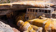 Puente del Inca, un puente rocoso resguarda numerosas vertientes naturales por donde surgen aguas curativas de entre 34 y 38 grados centígrados, en la provincia de Mendoza.