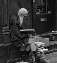Aunque te quedes sin pantalones. LEE ALWAYS A READER © Michael Lehrman (Photographer. New York, New York). At  the annual book-fair for the nonprofit Housing Works advocacy group. Portrait, Old man reading books.