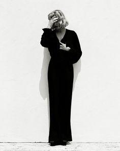Madonna, zorgen en souplesse, in een high wasted broek met utilopende pijp