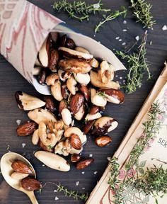Timjanrostade nötter är det perfekta tilltugget till drinkarna. Använd favoritnöten eller mandeln, eller mixa flera olika sorter till en personlig specialblandning. Homemade Sweets, Frisk, Dahl, Food Styling, Natural Health, Tapas, Clean Eating, Stuffed Mushrooms, Chips