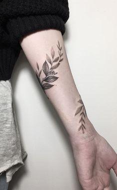 folhas delicadas traço feminino braço e antebraço pulso tatuagem tatoo