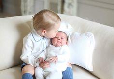 Un adorable grand frère pour sa petite soeur